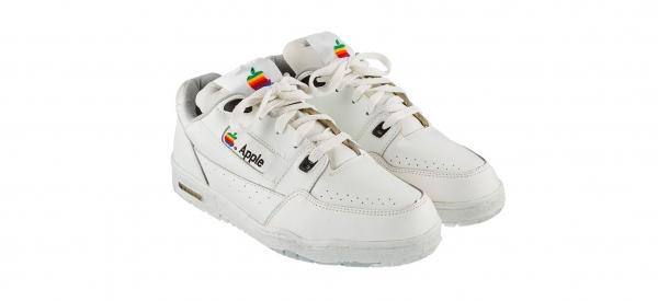 All'asta le sneaker vintage di Apple da 15mila dollari